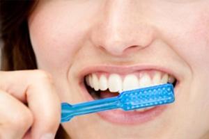 歯ブラシで歯を磨いている女性